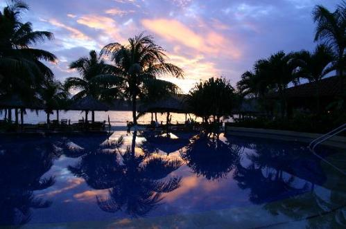 Tides_Zihuatanejo_MX_infinity-pool-at-sunset