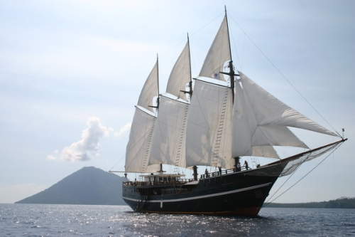 Sail the splendor of eastern indonesia on the elegant dewi for Wirodive