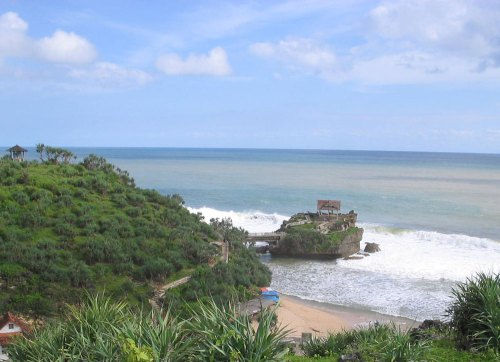Kukup Beach. Reminiscent of the other famous rock - Bali's Tanah Lot Temple. Photo: www.pesonagunungkidul.com